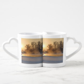 Tarde del invierno por el lago congelado tazas amorosas