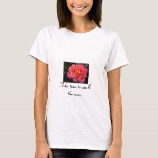 Tarde el tiempo para oler los rosas playera
