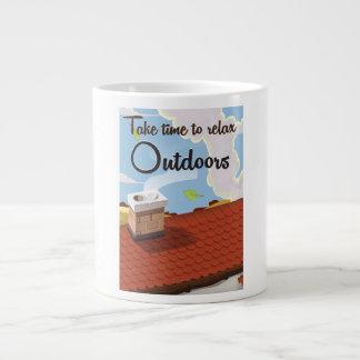 Tarde el tiempo para relajar al aire libre el taza grande