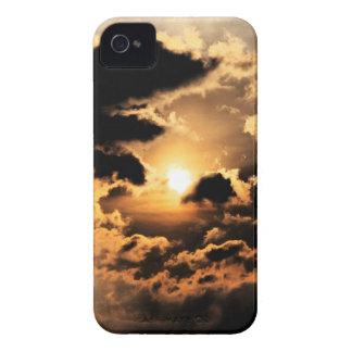 Tarde Sun con el cielo nublado Funda Para iPhone 4