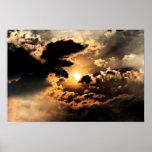 Tarde Sun con el cielo nublado Impresiones