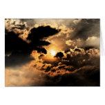 Tarde Sun con el cielo nublado Tarjeton