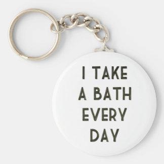 Tardo a baño cada día llavero redondo tipo pin