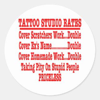"""Tarifas del estudio del tatuaje """"inestimables """" pegatina redonda"""