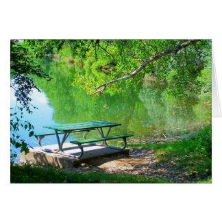 TARJETA a solas de la mesa de picnic
