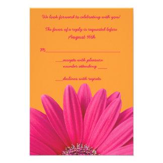Tarjeta anaranjada de RSVP de la margarita rosada