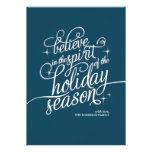 Tarjeta azul del día de fiesta de la escritura del invitaciones personales