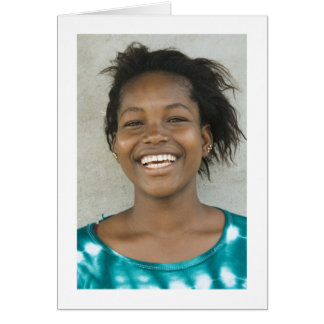 Tarjeta chica joven sonriente en vestido verde