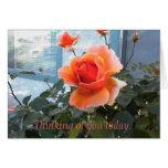 Tarjeta color de rosa coralina, pensando en usted