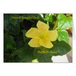Tarjeta de cumpleaños amarilla del hibisco de los