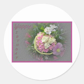 Tarjeta de cumpleaños del ramo de la lila pegatina redonda