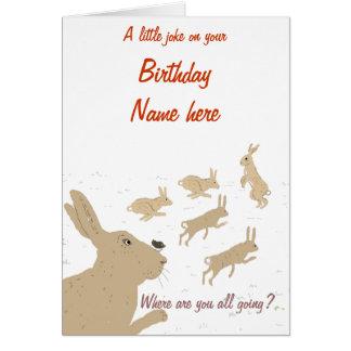 Tarjeta de cumpleaños divertida con las liebres