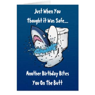 Tarjeta de cumpleaños divertida del tiburón del re