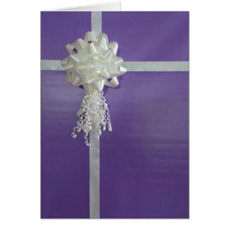 Tarjeta de cumpleaños envuelta púrpura del regalo