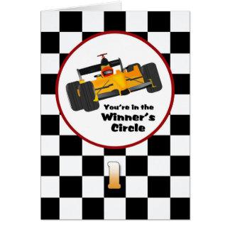 Tarjeta de cumpleaños feliz del coche de carreras