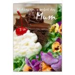 Tarjeta de cumpleaños para la momia con la torta y