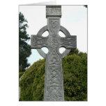 Tarjeta de felicitación cruzada de piedra céltica