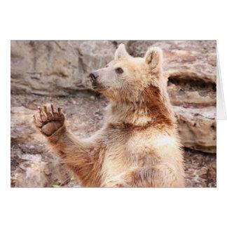 Tarjeta de felicitación del oso que agita hola