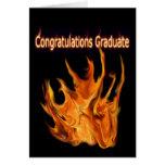 Tarjeta de felicitación llameante de la graduación
