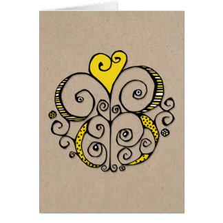 Tarjeta de Kraft del amarillo del adorno del coraz