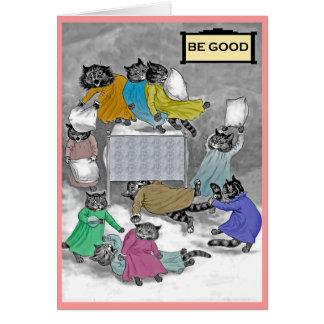 Tarjeta de la lucha de almohada de los gatitos de