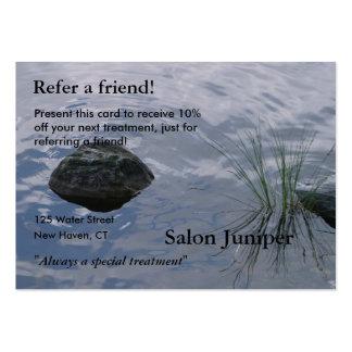 Tarjeta de la remisión con agua y las piedras tarjetas de visita grandes