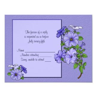 """Tarjeta de la respuesta de las petunias invitación 4.25"""" x 5.5"""""""