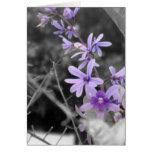 Tarjeta de nota púrpura de la flor