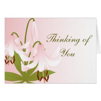 Tarjeta de nota rosada de los lirios