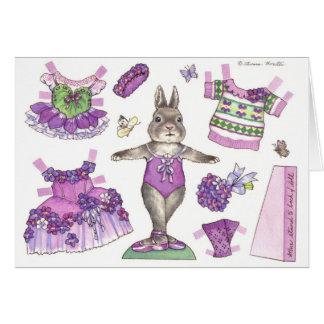 Tarjeta de papel violeta en blanco de la muñeca