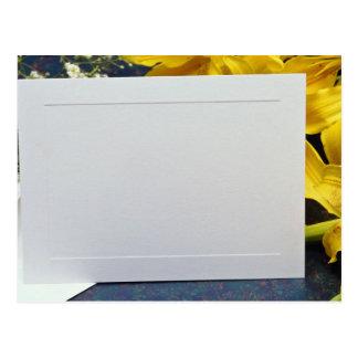 tarjeta de regalo y flores amarillas de las flores tarjetas postales