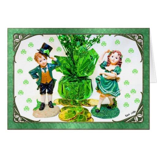 Tarjeta del día de St Patrick con las pequeñas est