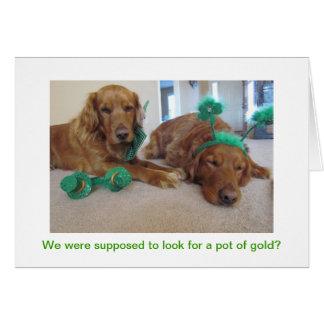 Tarjeta del día de St Patrick del golden retriever