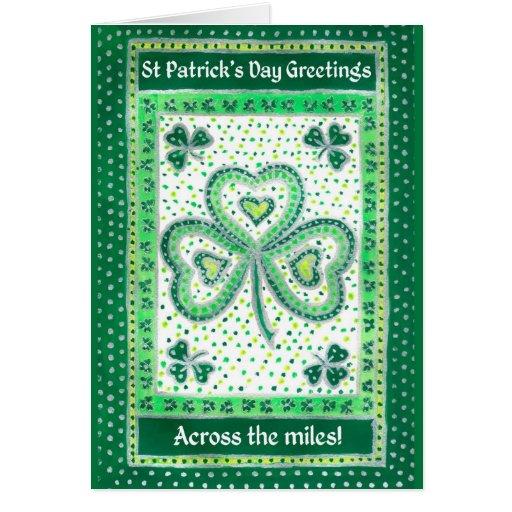 Tarjeta del día de St Patrick del trébol a través