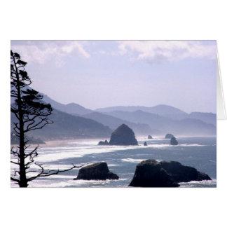 Tarjeta distante de la costa de Oregon de la roca