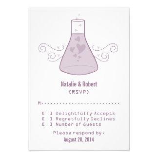Tarjeta dulce púrpura de la respuesta de la químic invitación