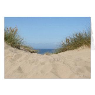 Tarjeta en blanco del cielo y de la arena