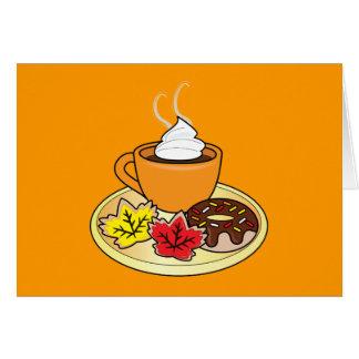 Tarjeta feliz de la caída con café e invitaciones