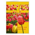 Tarjeta feliz del tulipán de Pascua de la hija y d
