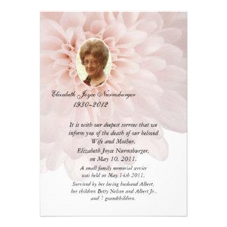 Tarjeta floral rosada de la invitación de la muert