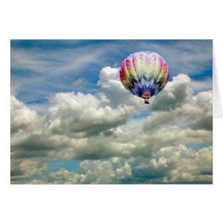 Tarjeta - globo del aire caliente en vuelo