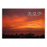 Tarjeta hawaiana ardiente de RSVP de la puesta del Comunicados