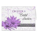 Tarjeta nupcial floral púrpura de la invitación de