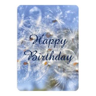 Tarjeta plana del cumpleaños de la pelusa del invitaciones personales