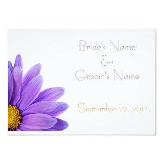 Tarjeta púrpura de la invitación del boda de la