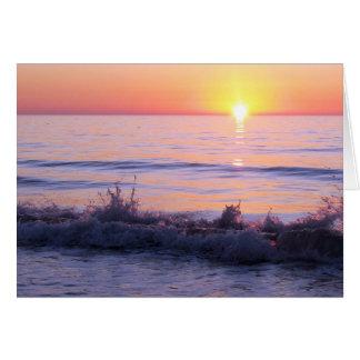 Tarjeta púrpura de la puesta del sol del océano