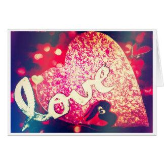 Tarjeta roja brillante del corazón te amo