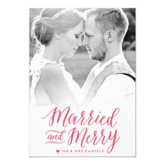 """Tarjeta roja casada y feliz de la foto del día de invitación 5"""" x 7"""""""
