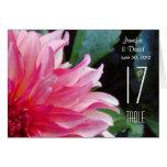 Tarjeta rosada del número de la tabla de la dalia