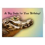 Tarjeta sonriente del cocodrilo del feliz cumpleañ